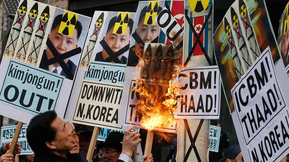 Demonstranter i Seoul bränner bilder av Nordkoreas ledare Kim Jong Un vid ett möte i mitten av februari.