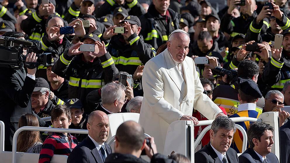 Påve Franciskus, här på Petersplatsen, håller mässa på stadion i Malmö den 1 november.
