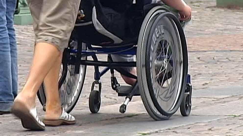 Kvinna som kör rullstol