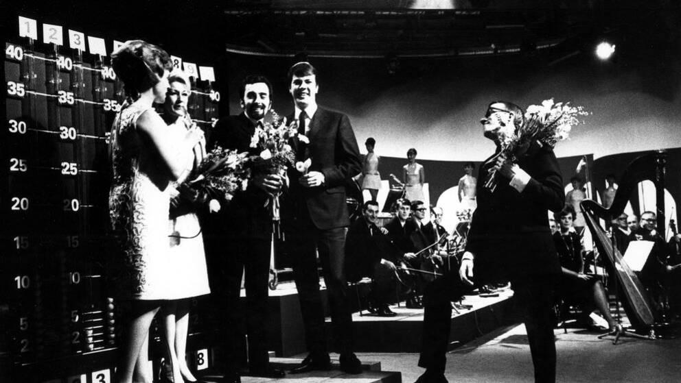 Östen Warnerbring segrade i Melodifestivalen 1967. I bilden syns hans tillsammans med textförfattarinnan Patrice Hellberg och kompositörerna Marcus Österdahl och Curt Peterson.