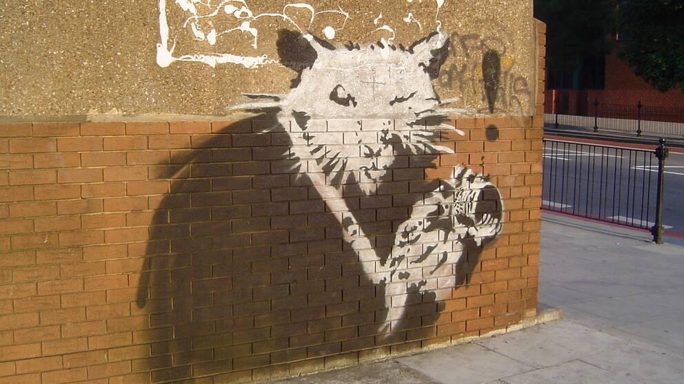 Genom att kartlägga placeringar av den brittiska graffitikonstnären Banksys verk tror sig forskare kunna avsöja konstnärens sanna identitet.