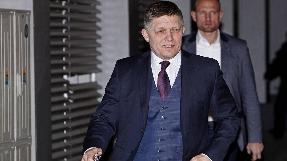 Slovakiens premiärminister Robert Fico anländer till partihögkvarteret.