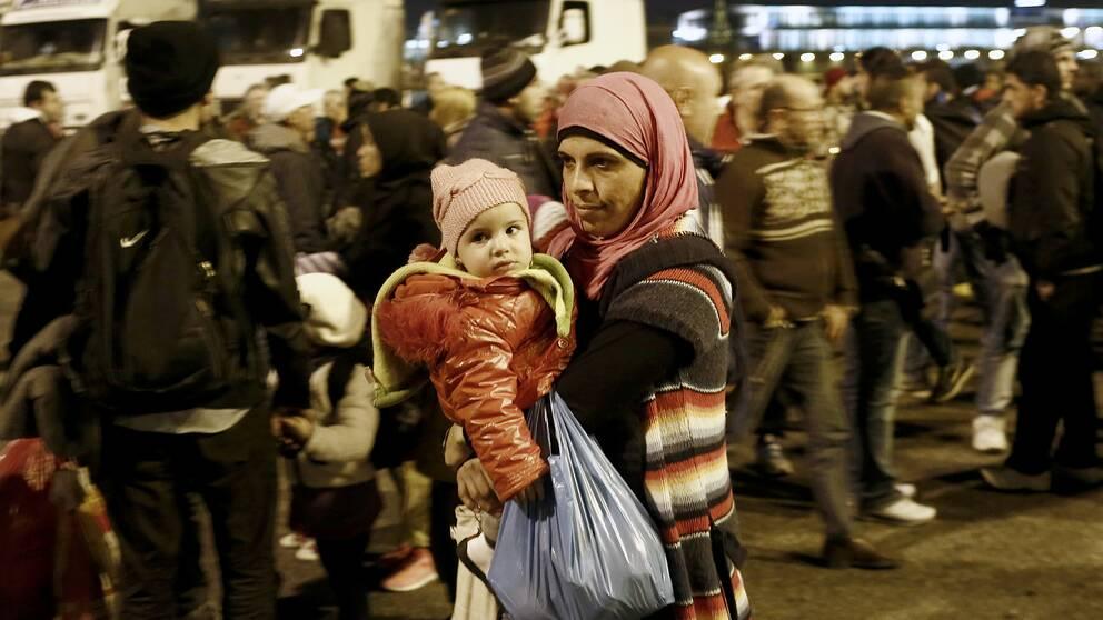 Flyktingar som precis kommit till Grekland och väntar på att kunna komma vidare in i Europa.