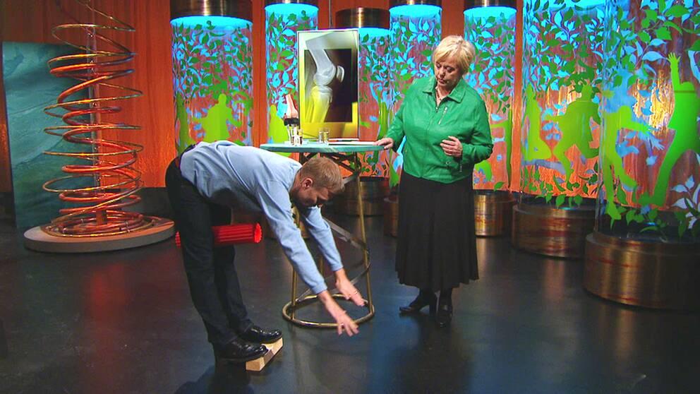 Sjukgymnasten Per Jonsson visar en övning för schlatterknän.