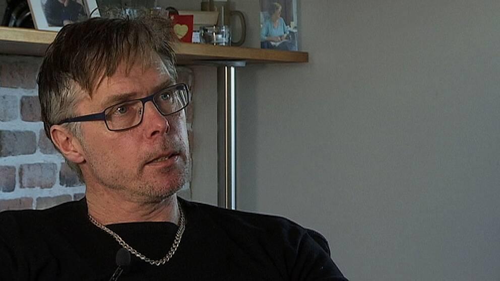 Jespers pappa Peter Östling blir upprörd när han hör om Sahlgrenskas bemötande.