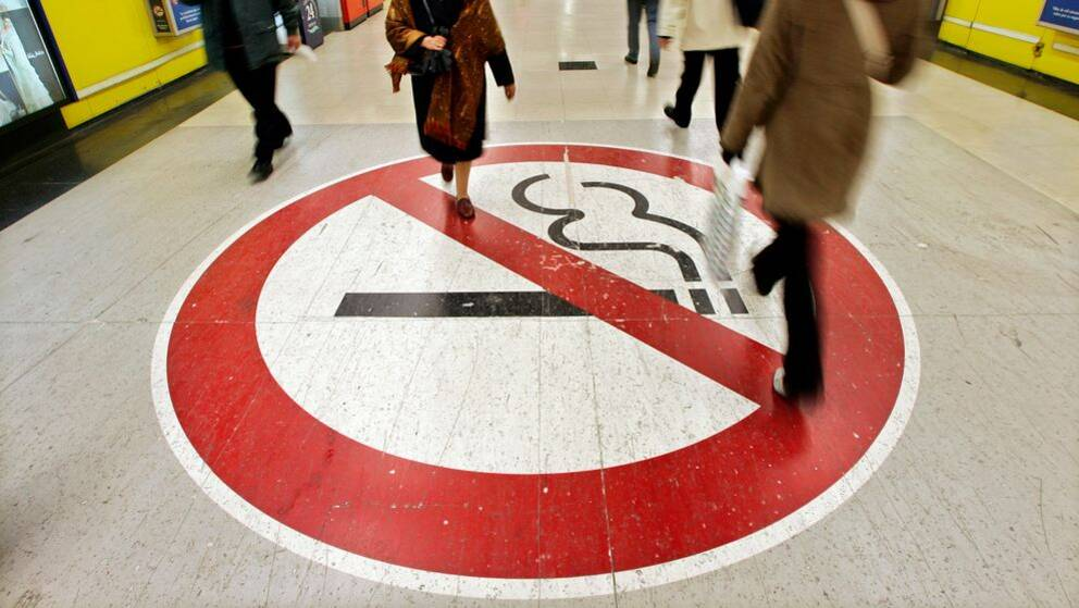 "Rökförbud, Madrids tunnelbana, 14 december, 2005. TT: ""Spain has launched a campaign to make smokers aware of the need to respect no-smoking spaces. "" (AP Photo/Daniel Ochoa de Olza)"