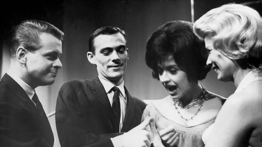 Lars Lönndahl, Gunnar Wiklund, Lill-Babs Svensson och Lily Berglund önskar varandra lycka till innan sändningen av Melodifestivalen 1961.