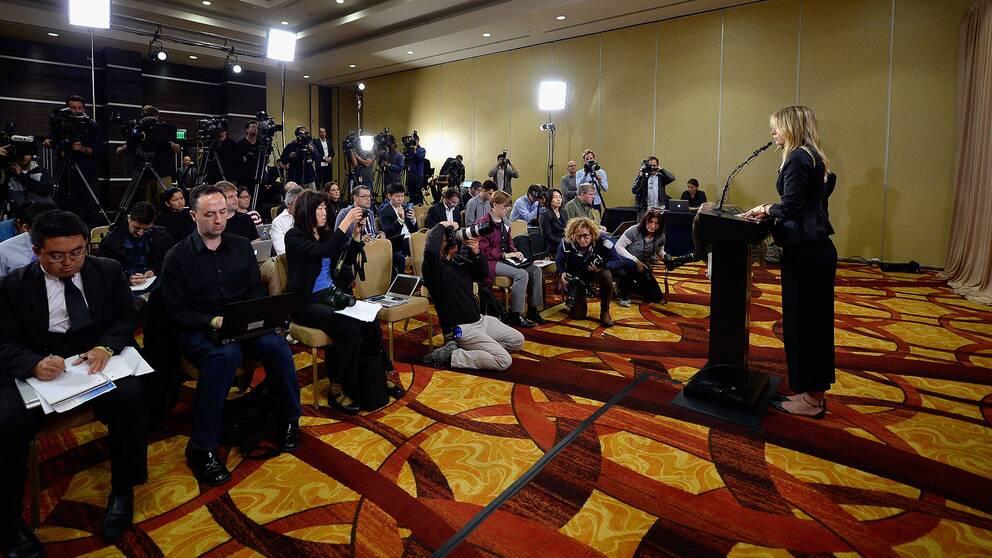 Sjarapova håller presskonferens.