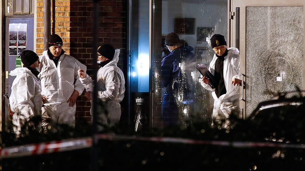 Polisen undersöker den sönderskjutna entrén till kulturhuset i Köpenhamn i februari 2015.