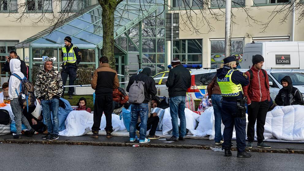 Flyktingar, polis och avspärrningar vid Migrationsverkets ankomstboende på Jägersro i Malmö. Arkivbild.