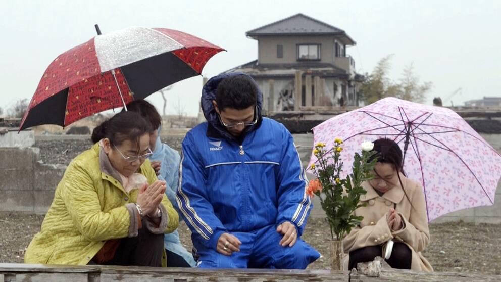 Familjen Matsukura vid platsen där deras anhöriga försvann under katstrofen 2011.