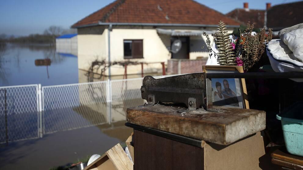 Invånarna i den serbiska byn Grdica försöker nu rädda personliga tillhörigheter från sina översvämmade hem.