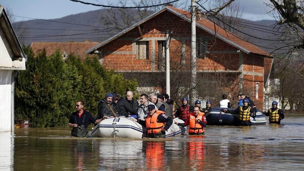 Många av husen i de drabbade områdena står delvis under vatten efter den senaste tidens översvämningar.