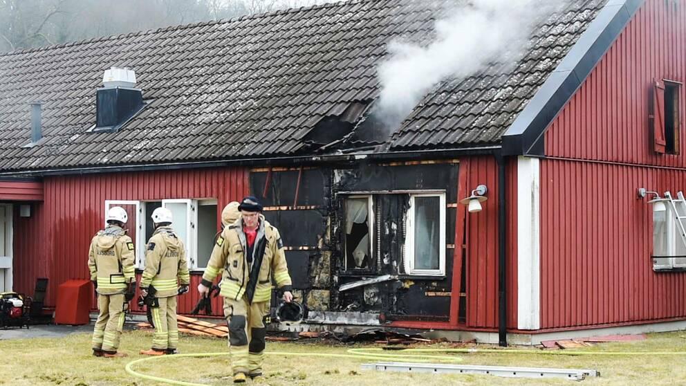 Räddningstjänst jobbar med bränderna på den gamla Smälterydsanstalten utanför Sätila.