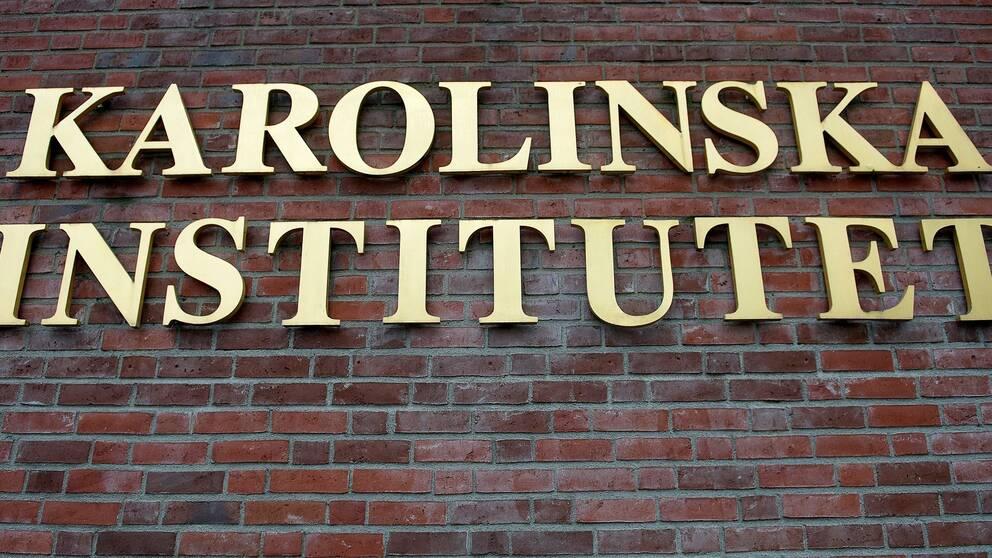 Fasad med orden Karolinska Institutet.