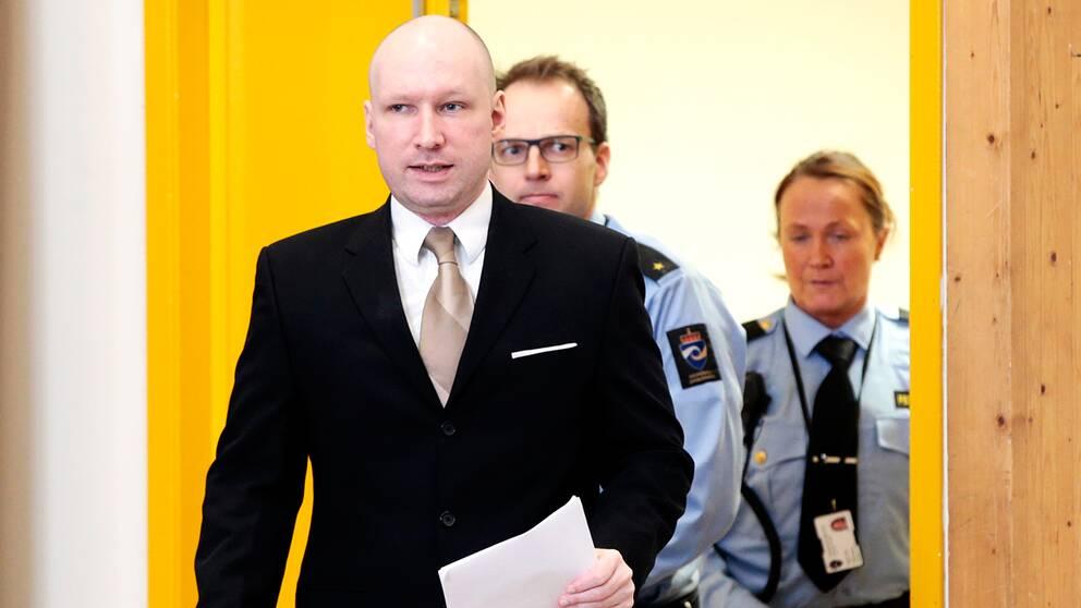 Massmördaren Anders Behring Breivik vid rättegången i fängelset i Skien.