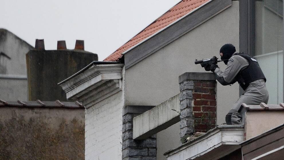 En soldat ur den belgiska specialstyrkan på ett hustak vid insatsen.