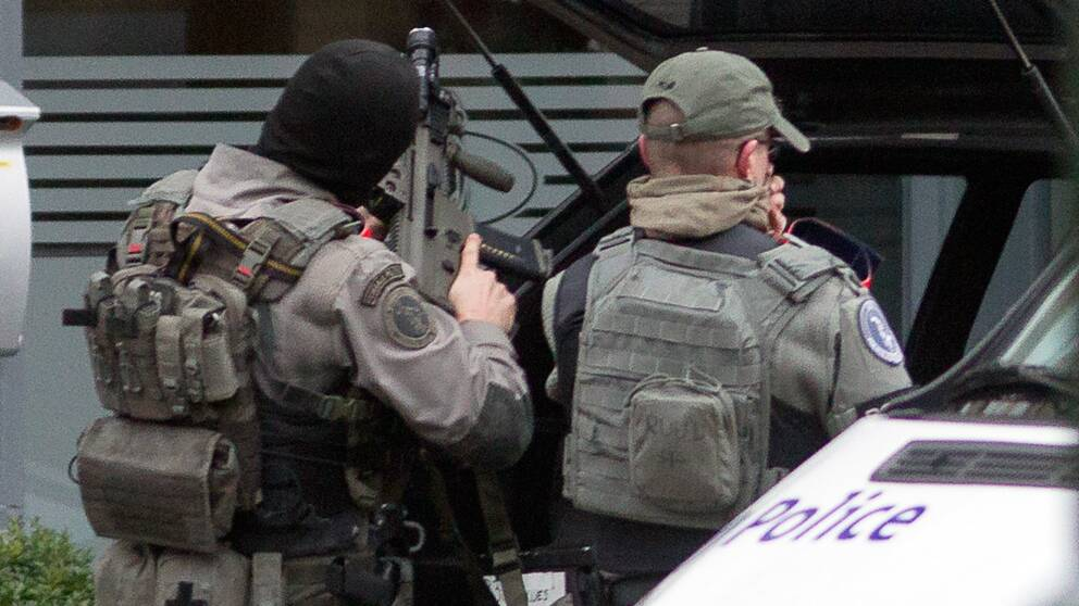 Belgiska poliser fortsätter sökandet efter terrorister.