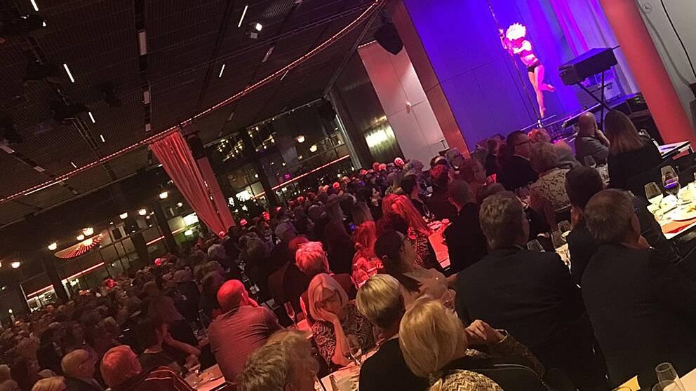 I går och i dag anordnas Sveriges kommuner och landstings arbetsmarknads- och näringslivsdagar på UKK i Uppsala. Till gårdagens middag bjöds det på show, och till efterrätten serverades en lättklädd stripstångsunderhållning på scenen.