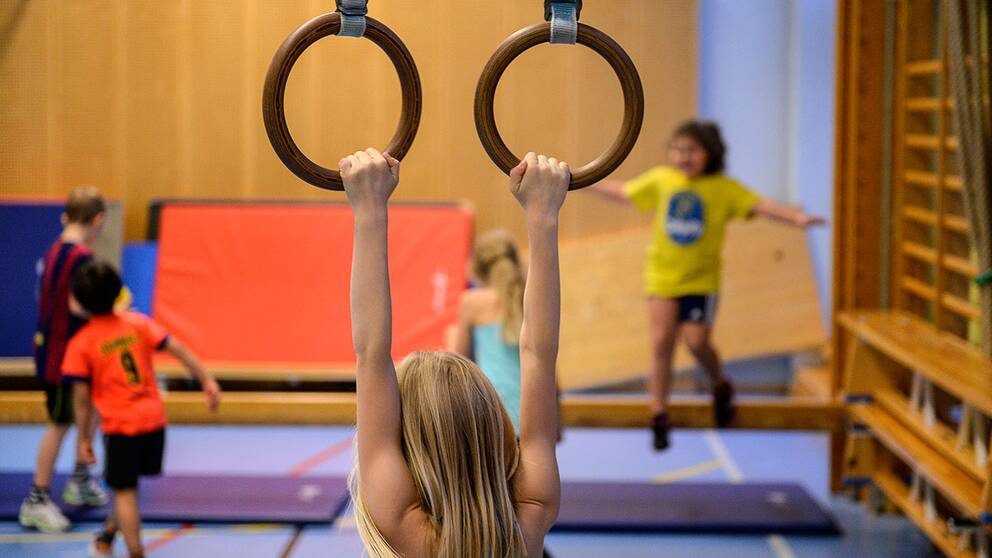 Flicka på gymnastiklektion