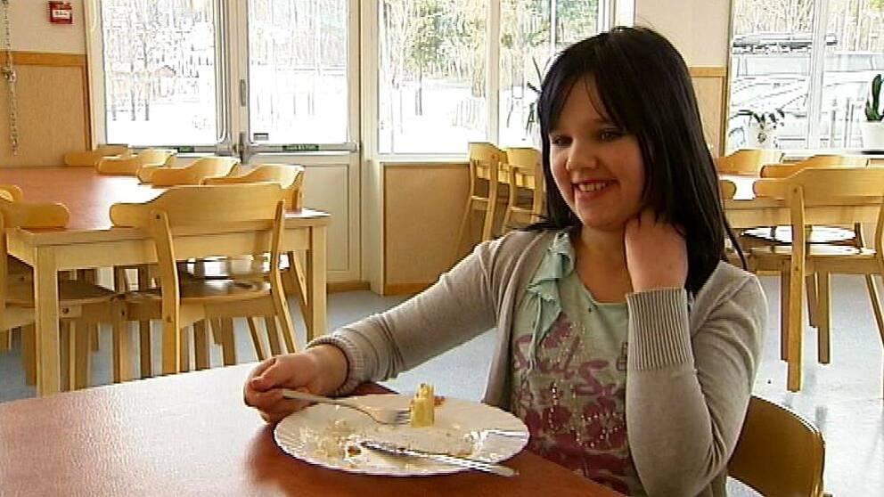Här sitter eleven Isabell Ahlbom och äter upp sina pannkakor i skolmatsalen.