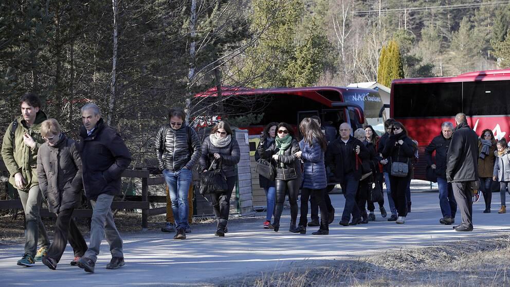 Anhöriga till offren för Germanwings-kraschen anländer till Le Vernet i Alperna.