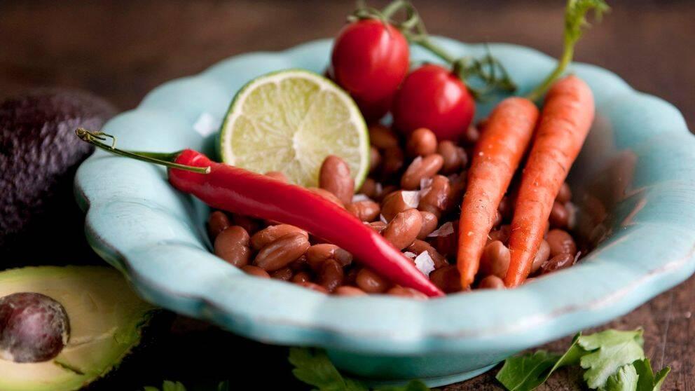 STOCKHOLM 20120316 Veganmat. Bönor, morötter, chili, lime. För en del kan det verka svårt att laga något smakrikt utan någon som helst animalisk produkt. Men det går! Foto Christine Olsson / SCANPIX / Kod 10430