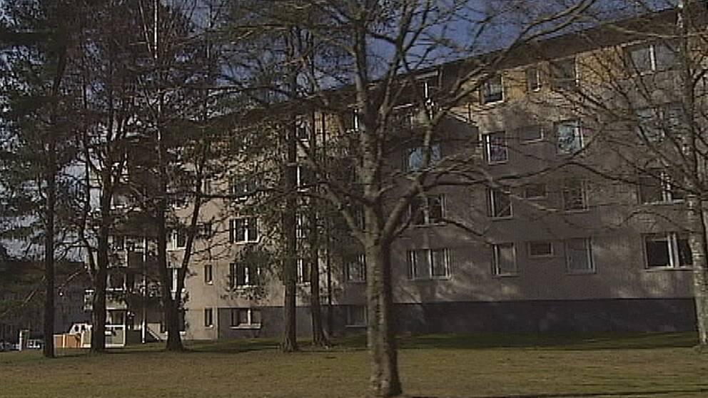 KBAB har mellan 40 och 400 sökande per lägenhet och enligt Boverket har bostadsbristen skapat en marknad för svarthandel även i mindre städer som Karlstad.