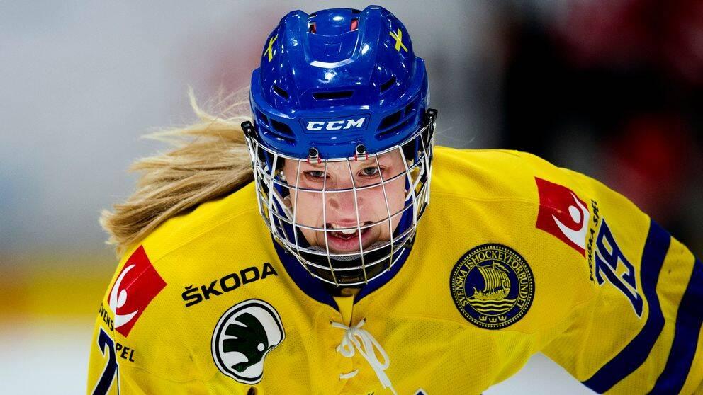 Olivia Carlsson i hockeyutrustning
