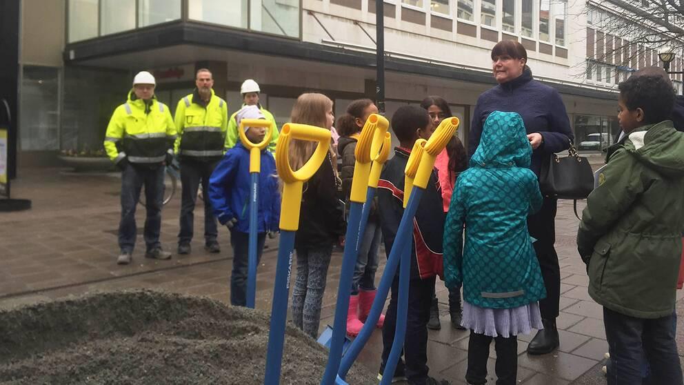 Spadar och folk på Kungsgatan.