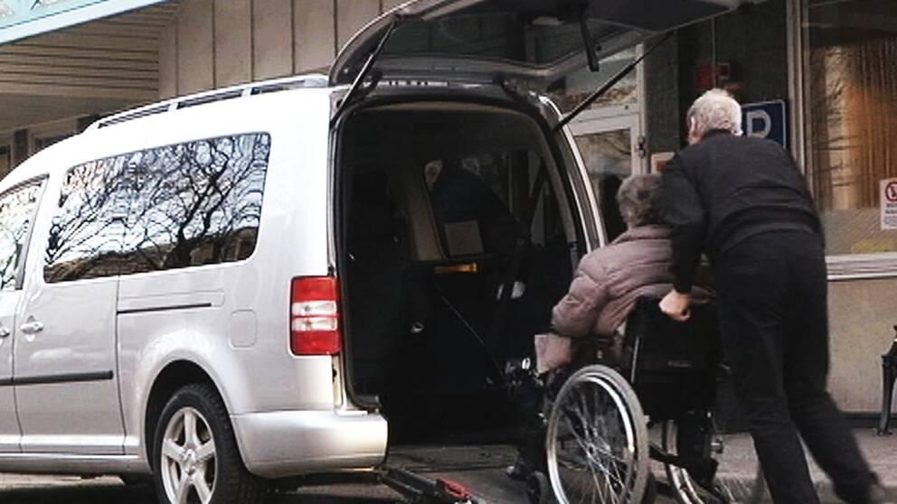 Kvinna i rullstol som körs in i servicebil.