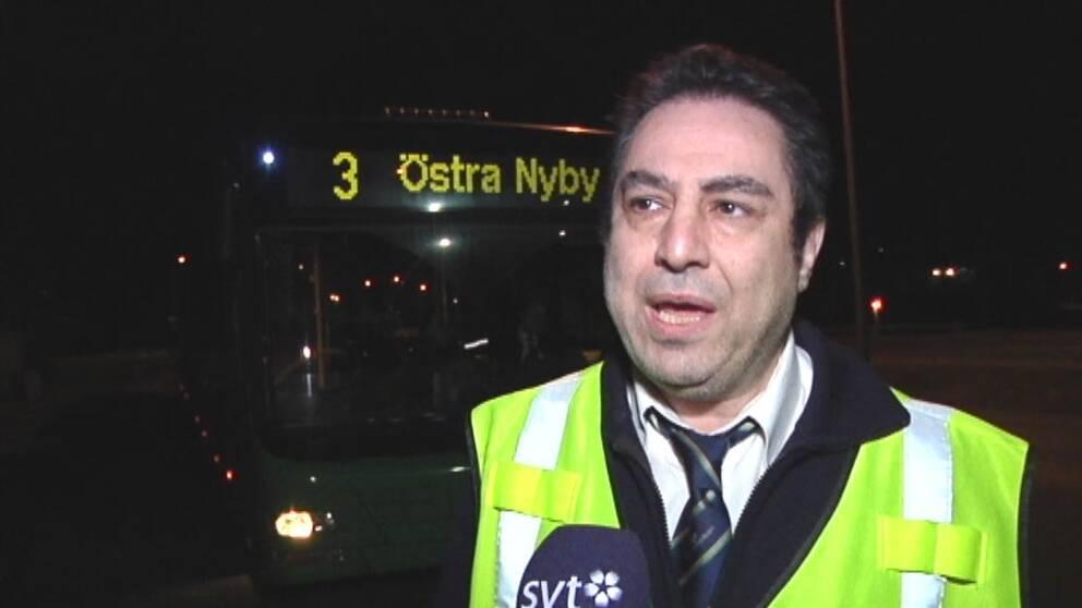 Sharokh rahmani, trafikledare på Gamla Uppsala Buss, blev attackerad av 80-100 ungdomar på Bandstolsvägen.
