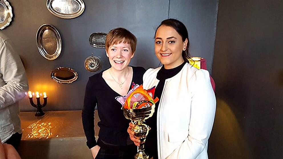 Evelina Davidsson lämnade över pokalen till SVT:s Lina Abusagr.