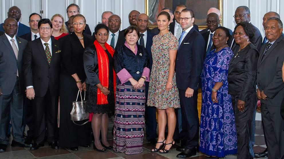 Kronprinsessan och Prins Daniel tillsammans med ambassadörerna.