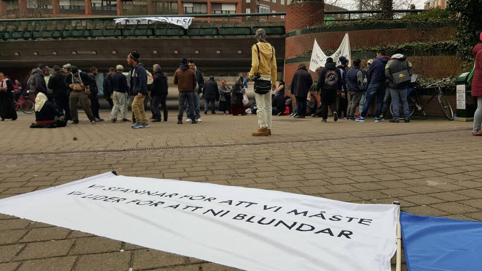 Vid lunchtid demonstrerade EU-migrander framför Stadshuset i Malmö, sedan flera boenden stängts den senaste tiden.