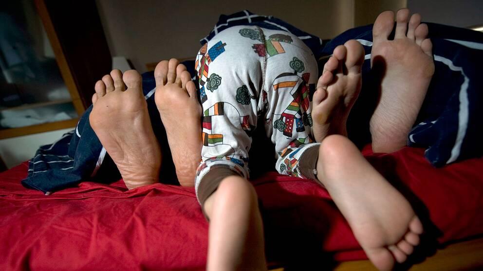 En familj försöker sova