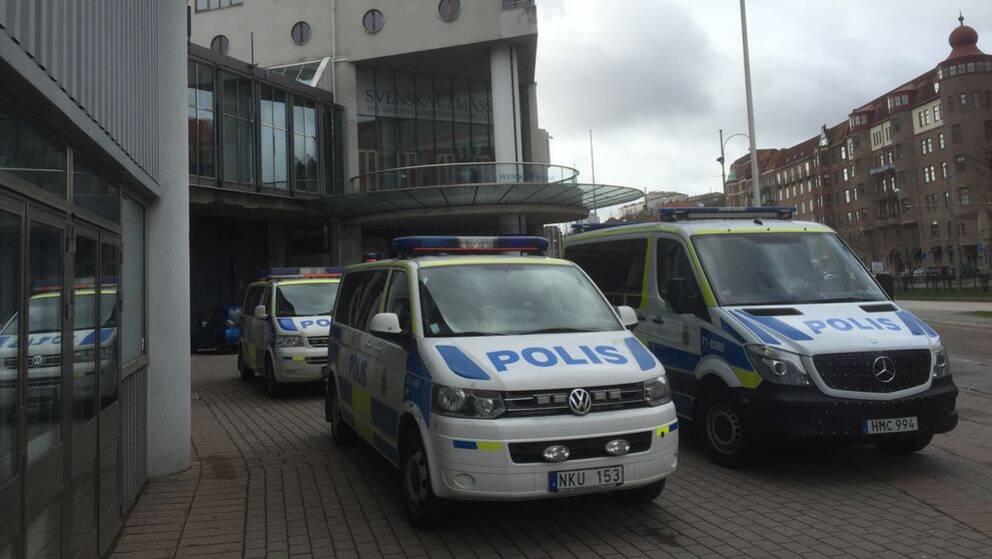 Polisbilar utanför Svenska mässan