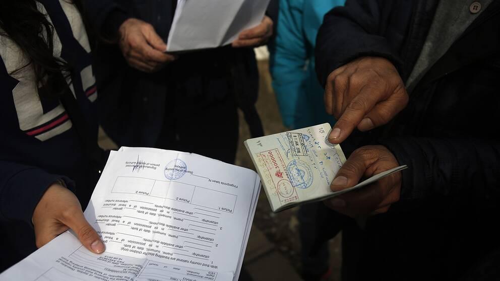 Flyktingar med syriska dokument i Serbien.