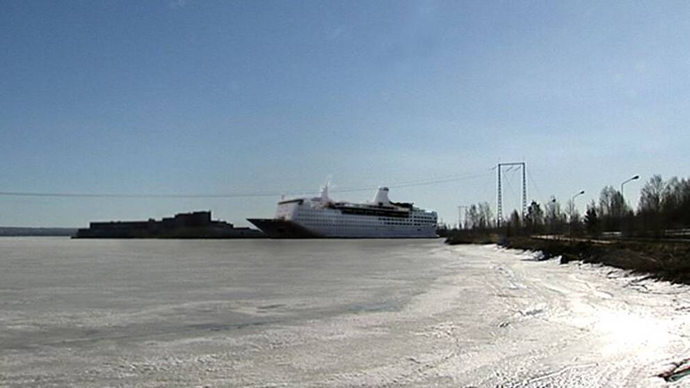 Kommunerna har vetorätt när det gäller ansökningar om att få lägga till med flyktingbåtar vid kaj.