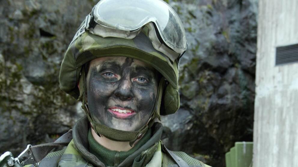 Kvinnlig soldat under övning