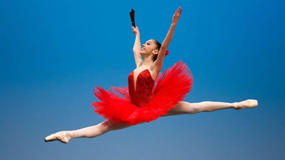 Italienska balletdansaren Silvia Simeone flyger fram under en föreställning i Schweiz 2016.