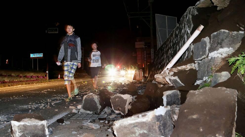 Flera jordbävningar skakade Japan på eftermiddagen och byggander ska ha rasat.