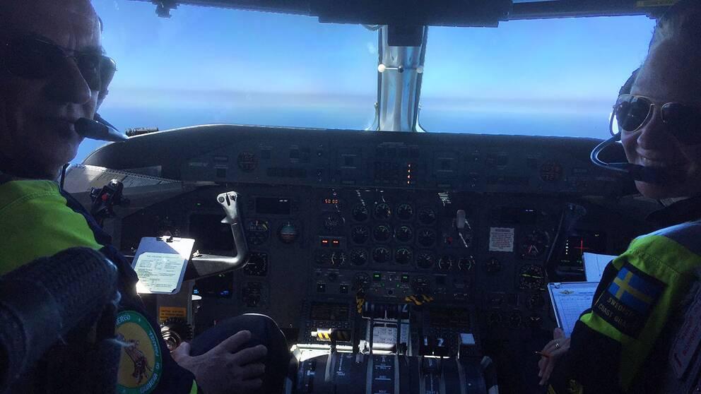 Befälhavare Anders och piloten Emelie framme i cockpit.