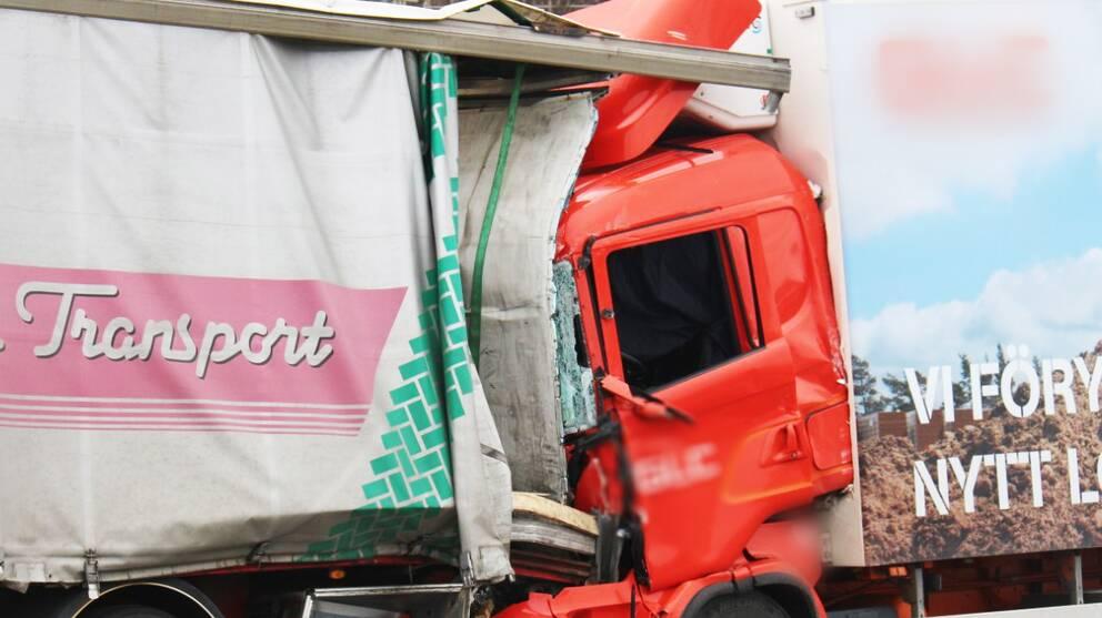 Lastbil och sparvagn i krock i goteborg