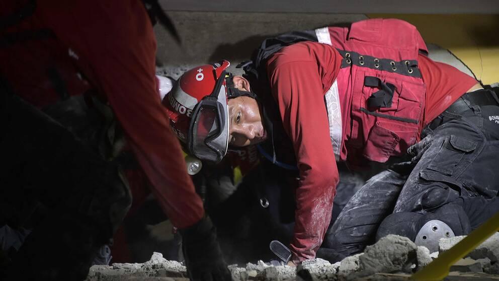 Räddningsarbetare i Ecuador kämpar mot klockan för att hitta överlevare