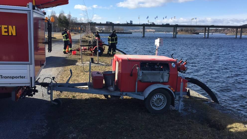 Räddningstjänsten pumpar vatten