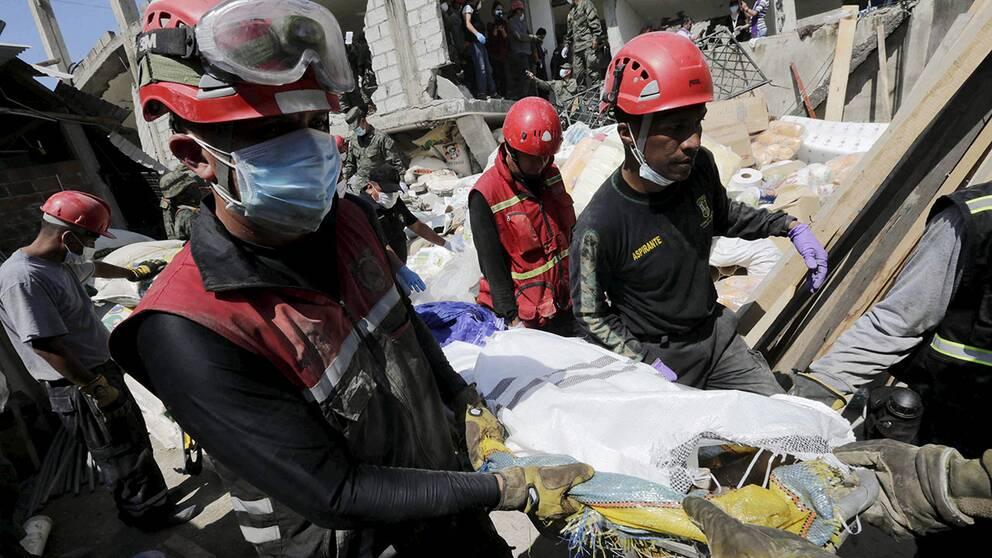Räddningsarbetare i katastrofens Ecuador.
