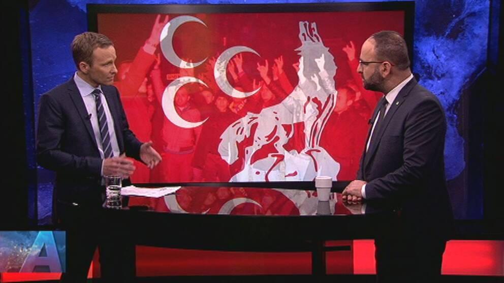 Aktuellts programledare Anders Holmberg och Mehmet Kaplan i Aktuellts studio.