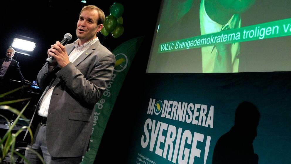 Miljöapartiet stänger nu av planeringschefen på utbildningsdepartementet Magnus Johansson efter att han försökt pressa Aktuellts redaktion att tysta kritiken mot avhoppade bostadsminister Mehmet Kaplan.