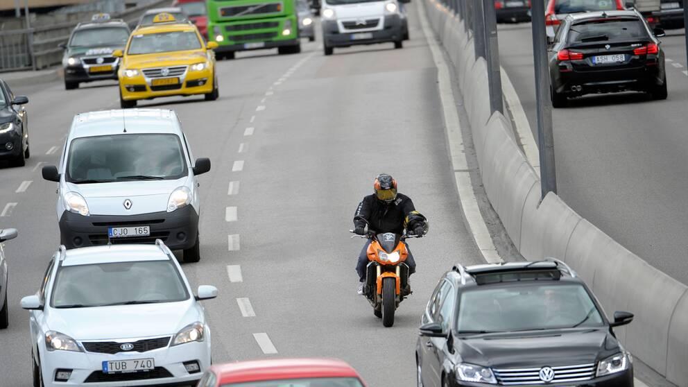 bilar och motorcykel